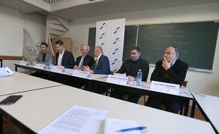 Alain Beretz (au centre) Pdt Unistra, entouré des directeurs de l'université et de chercheurs enseignants lors de la conférence de presse. Strasbourg le 29 avril 2016.