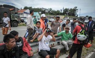 Des résidents scrutent le mont Kinabalu le 7 juin 2015 après le tremblement de terre en Malaisie