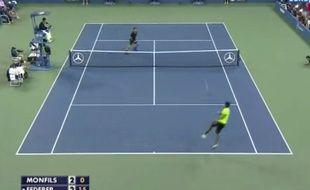 Gaël Monfils a réussi un improbable passing-volée lors de son quart de finale perdu contre Roger Federer à l'US Open, le 4 septembre 2014.