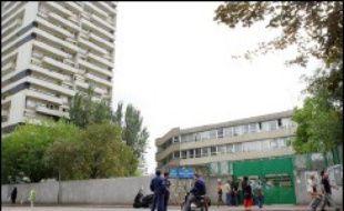 Un homme suspecté d'avoir tiré jeudi matin avec un pistolet à plombs à air comprimé sur une école à Paris, sans faire de blessés, a été interpellé en début d'après-midi, a-t-on appris de source policière.