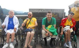 Des voyageurs handicapés de l'agence Yoola au Christ Rédempteur de Rio, en juin 2014.