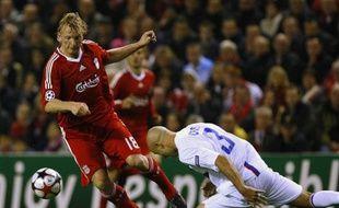 Le défenseur lyonnais, Cris (en blanc), aventureux dans sa sortie, au niveau des genoux de l'attaquant de Liverpool, Dirk Kuyt, le 20 octobre 2009 à Anfiled.