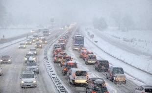 Embouteillage et chute de neige à Albertville, en Savoie, le 27 décembre 2014
