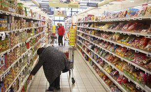 Un client fait ses courses dans un supermarché à Toulouse.