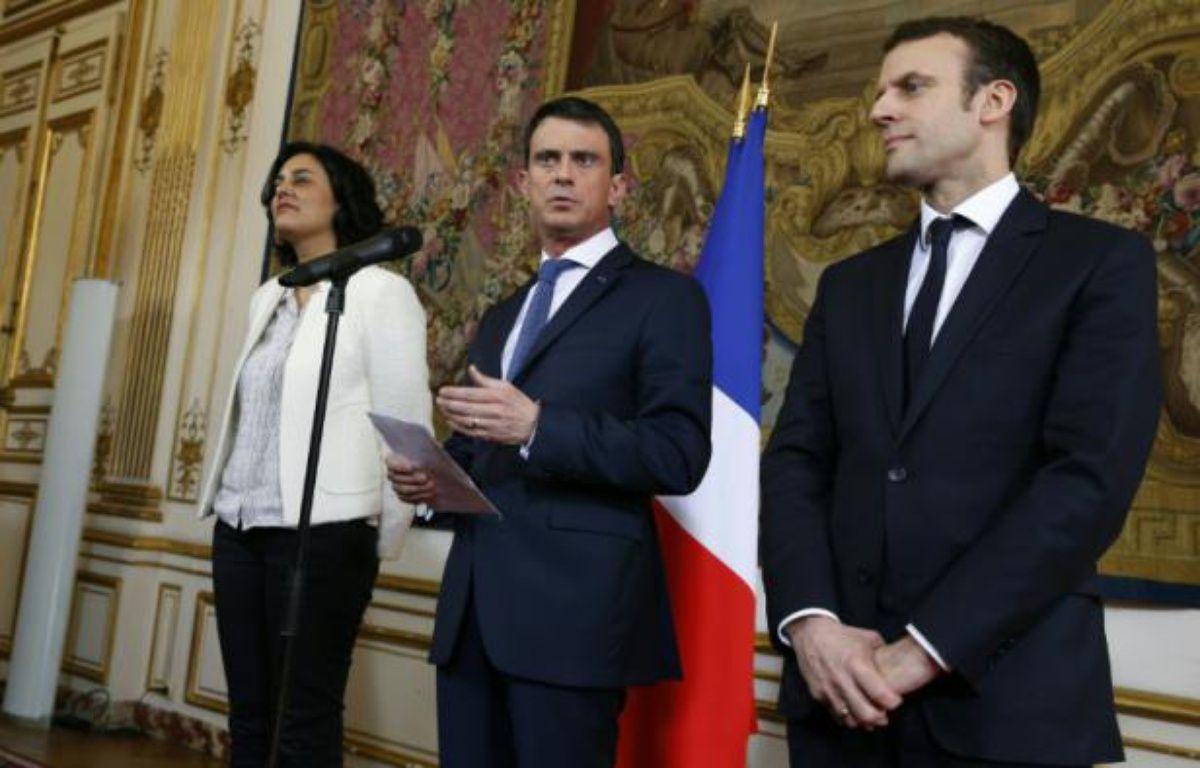 Le Premier ministre Manuel Valls (c) accompagné de la ministre du Travail Myriam El Khomri, et du ministre de l'Économie Emmanuel Macron, à Matignon à Paris, le 11 mars 2016 – THOMAS SAMSON AFP