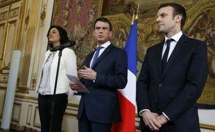 Le Premier ministre Manuel Valls (c) accompagné de la ministre du Travail Myriam El Khomri, et du ministre de l'Économie Emmanuel Macron, à Matignon à Paris, le 11 mars 2016