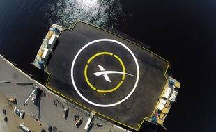 """La barge de 91 mètres par 52 ornée d'un """"X"""" va tenter de recevoir le premier étage de la fusée Falcon, l'équivalent d'un immeuble de 14 étages avançant à 2.092 km par seconde."""