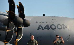 Deux soldats allemands se tiennent debout le 11 septembre 2012 à côté d'un Airbus A400M lors de l'International Air Show ILA de Schoenefeld, près de Berlin