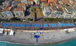 Plus de 6.400 touristes en majorité chinois invités par leur patron forment la plus longue phrase humaine sur la promenade des Anglais à Nice le 8 mai 2015