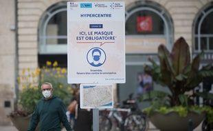 Un passant portant le masque en centre-ville de Nantes (illustration).