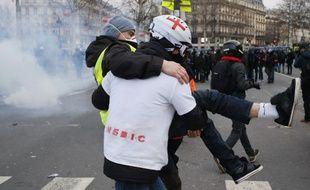 Un street medic et un «gilet jaune» à Paris, le 2 février 2019.