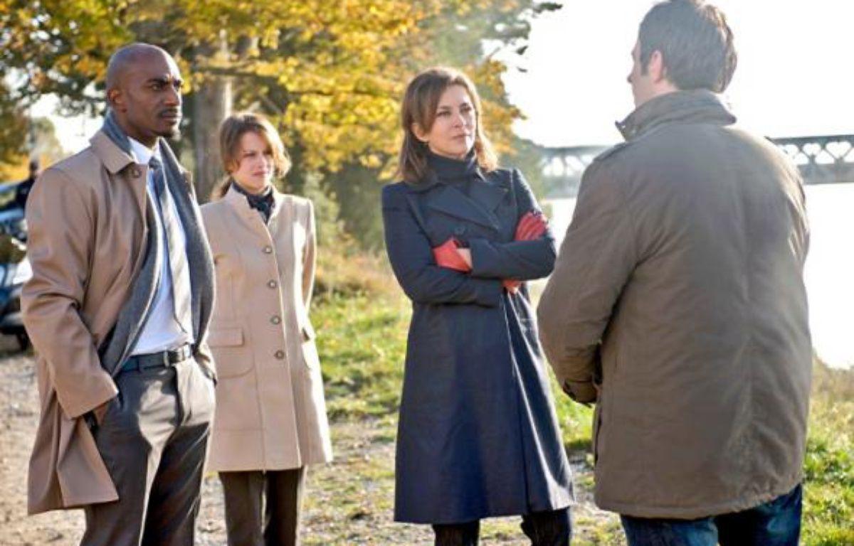 Corinne Touzet, au centre, assure le rôle de Louise, super flic chez Interpol. –  J-P. BALTEL / TF1