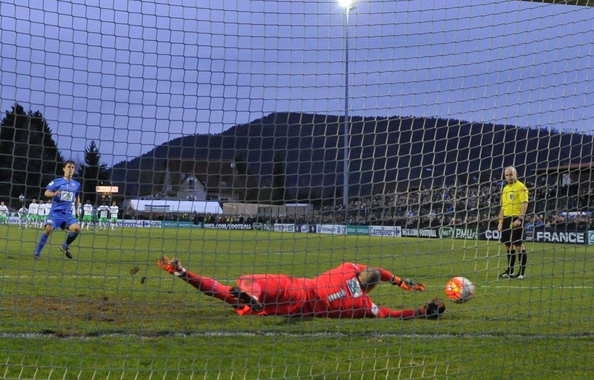 Stéphane Ruffier arrête le tir au but de Wilfried Rother et qualifie Saint-Etienne à Raon-l'Etape (1-1, tab 3-4) en Coupe de France. – JEAN-CHRISTOPHE VERHAEGEN / AFP