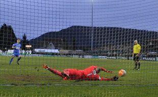 Stéphane Ruffier arrête le tir au but de Wilfried Rother et qualifie Saint-Etienne à Raon-l'Etape (1-1, tab 3-4) en Coupe de France.