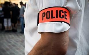 Les policiers ont comprimé la blessure au ventre du cambrioleur, en attendant les premiers secours. (Illustration).