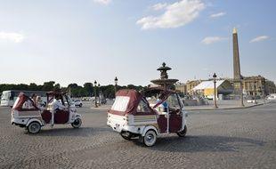 Les tuk-tuk se multiplient à Paris pour véhiculer les touristes.