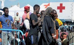 Des migrants reçoivent des soins à leur arrivée dans le port de Catania, le 26 août 2015 en Italie