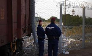 Policiers à Rözske, à la frontière serbo-hongroise, le 15 septembre 2015.