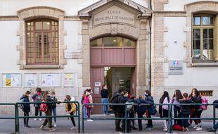 Selon une étude autrichienne, il y aurait peu de contaminations au coronavirus dans les écoles mais une prévalence quasiment identique pour élèves et enseignants.