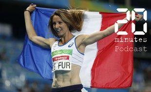 L'athlète Marie-Amélie Le Fur tenant le drapeau français aux Jeux Olympiques Paralympiques, après sa victoire au 400 m à Rio au Brésil, le 12 septembre 2016