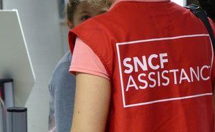 """Un """"gilet rouge"""" de la SNCF renseigne un usager"""