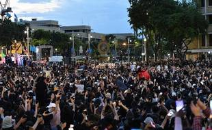 Des manifestants marchent dimanche 16 août à Bangkok pour réclamer la fin de la monarchie en Thaïlande.