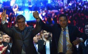 Le comédien comique élu président du Guatemala Jimmy Morales, et le nouveau vice-président Jafeth Cabrera dans la ville de Guatemala après l'élection, le 26 octobre 2015