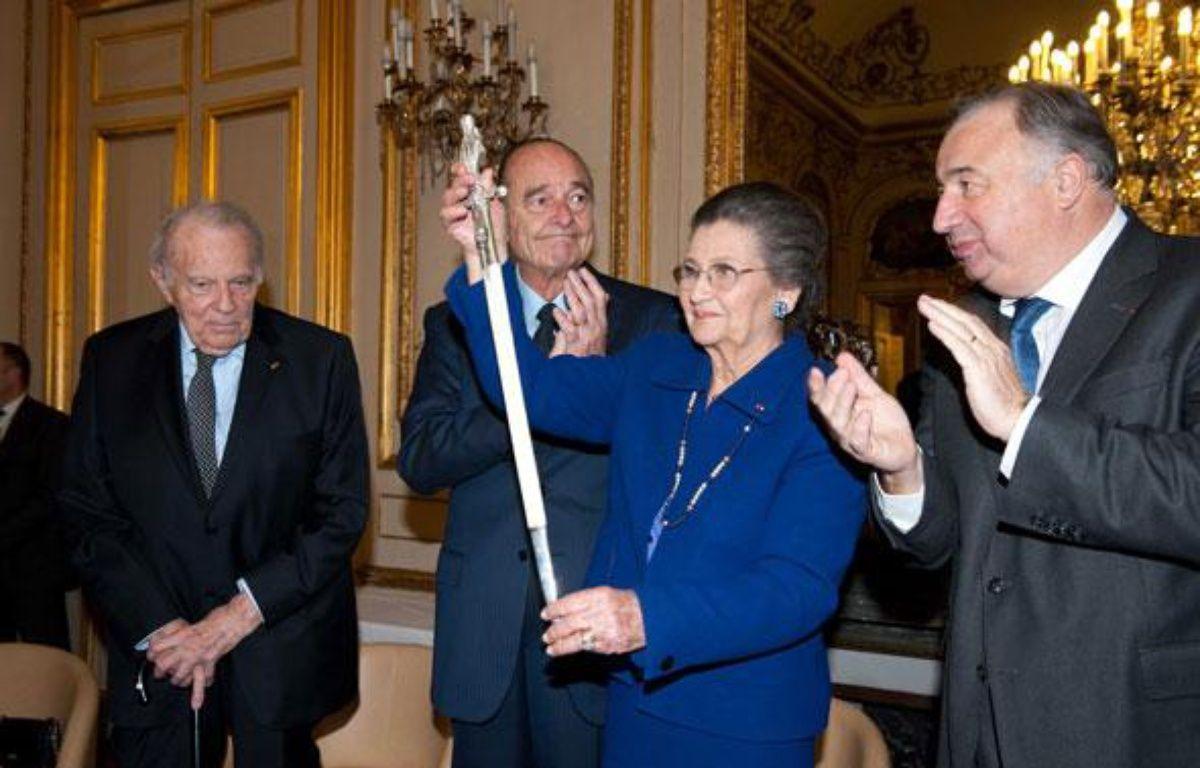 Simone Veil a reçu son épée d'académicienne au Sénat le 16 mars 2010, entourée du Président du Sénat Gérard Larcher, et de l'ancien Président de la République, Jacques Chirac.   – NIVIERE/SIPA