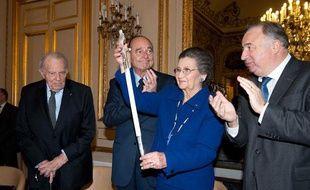 Simone Veil a reçu son épée d'académicienne au Sénat le 16 mars 2010, entourée du Président du Sénat Gérard Larcher, et de l'ancien Président de la République, Jacques Chirac.