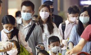 Des touristes portent un masque pour éviter d'être contaminé par le coronavirus mers en Corée du Sud.