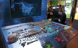 Allongés sur une table d'autopsie, les squelettes ont des secrets à livrer.