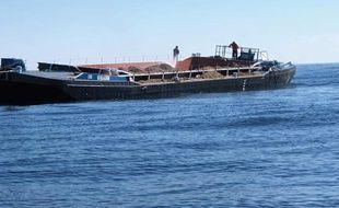 Les posidonies ont été chargées sur une barge et larguées en mer