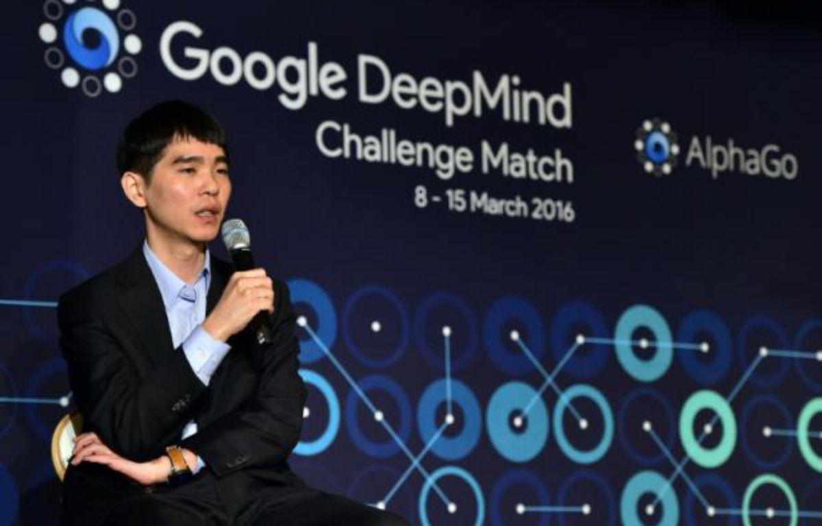 Lee Se-Dol, le champion de monde de jeu de go s'exprime devant la presse à l'issue de la première manche perdue contre l'ordinateur de Google AlphaGo, le 9 mars 2016 – JUNG YEON-JE AFP
