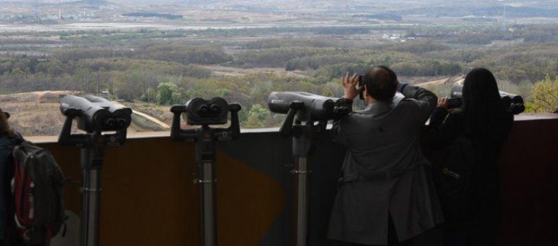 Des Coréens du Sud observent la zone démilitarisée (DMZ) qui les sépare de la Corée du Nord, le 24 avril 2018.