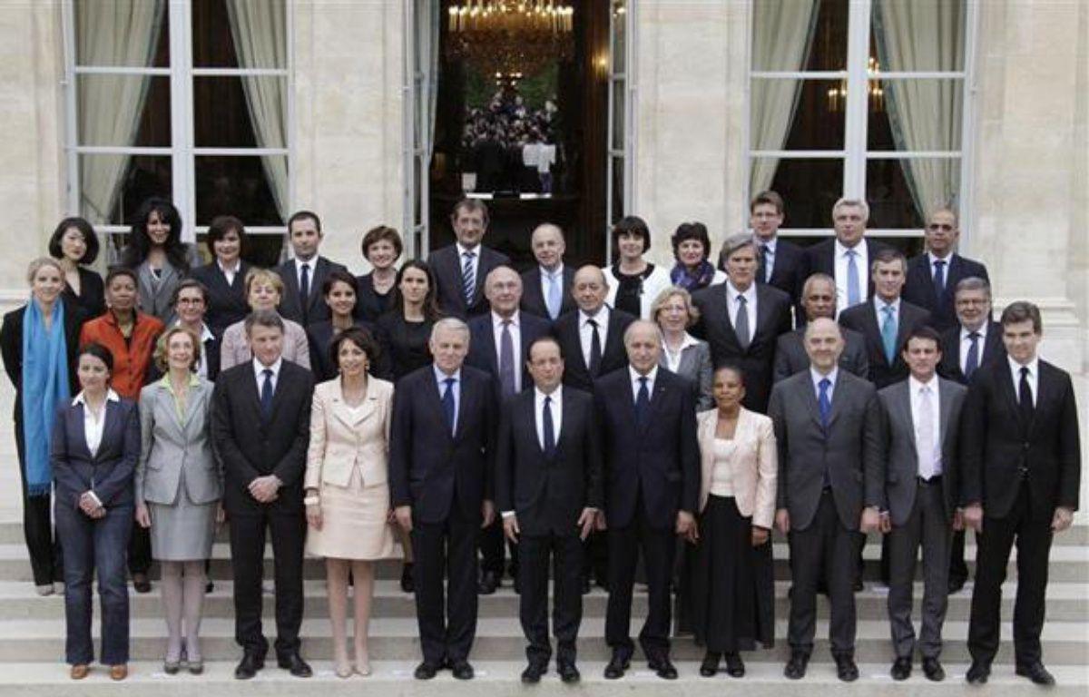 François Hollande et le gouvernement de Jean-Marc Ayrault, à la sortie du premier conseil des ministres, le 17 mai 2012. – P.Rossignol/ REUTERS