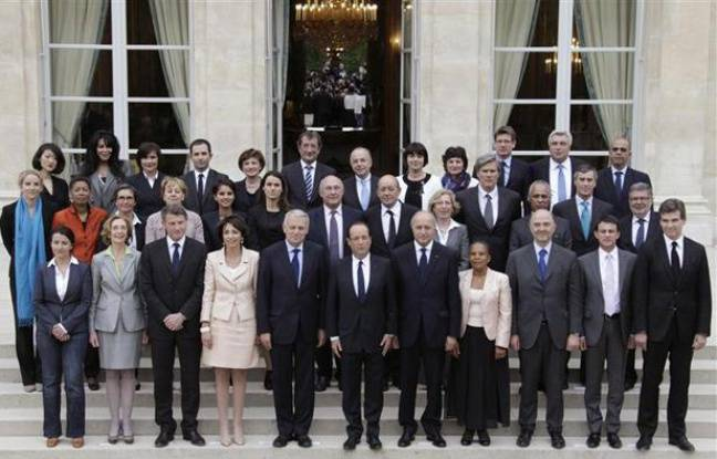 François Hollande et le gouvernement de Jean-Marc Ayrault, à la sortie du premier conseil des ministres, le 17 mai 2012.
