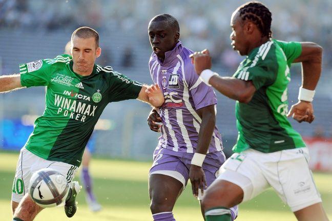 Laurent Batlles et Albin Ebondo sous le maillot stéphanois face au défenseur du TFC (et futur Vert) Cheikh M'Bengue, le 11 septembre 2010 au Stadium de Toulouse.