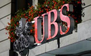 Le logo de la banque suisse UBS à Berne, le 14 octobre 2014