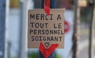 Un message de remerciement aux personnels soignants, collé sur le portail du CHU de Bordeaux, en mars 2020.