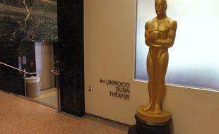Une statuette dorée à l'entrée du siège de l'Académie américaine des Arts et Sciences du Cinéma à Beverly Hills en Californie.