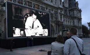 Un écran géant a été installé sur le parvis de l'hôtel de ville de Paris le 26 septembre 2019 pour rendre hommage à Jacques Chirac, décédé à l'âge de 86 ans.