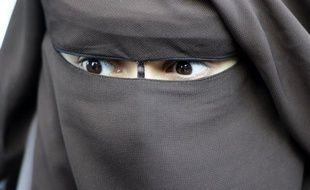 """""""Le nombre de femmes intégralement voilées a diminué de moitié"""" depuis l'application de la loi interdisant la dissimulation du visage dans l'espace public, a déclaré le ministre de l'Intérieur Claude Guéant mercredi à l'Assemblée Nationale."""