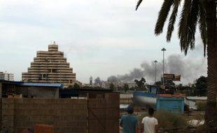 De la fumée s'élève de bâtiments dans le centre-ville de Benghazi, dans l'est de la Libye, le 20 octobre 2015, après un bombardement