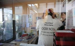 Une centaine de militants anti-OGM ont pénétré lundi à l'Aube sur un site du géant américain Monsanto à Trèbes, dans l'Aude, et ont vidé des sacs de maïs OGM Monsanto 810, dont ils réclament l'interdiction, a constaté un photographe de l'AFP.