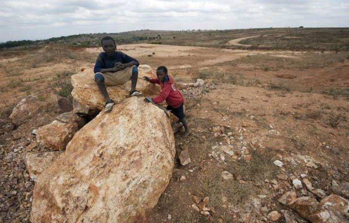 C'est sur ce terrain, tranformé en carrière de pierre que devait s'élever l'école pour jeunes filles financée par Madonna au Malawi. – ALEXANDER JOE / AFP