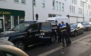Des membres de la Brigade de recherche et d'intervention ont effectué une perquisition dans le studio de l'auteur présumé de l'agression d'un policier devant Notre-Dame, le 6 juin 2017.