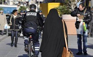 """La France et ses voisins européens ont été critiqués mardi par une commission gouvernementale américaine pour leur """"laïcité très agressive"""", dans un rapport qui épingle les lois sur les signes religieux, sur la construction de mosquées et sur l'abattage rituel."""