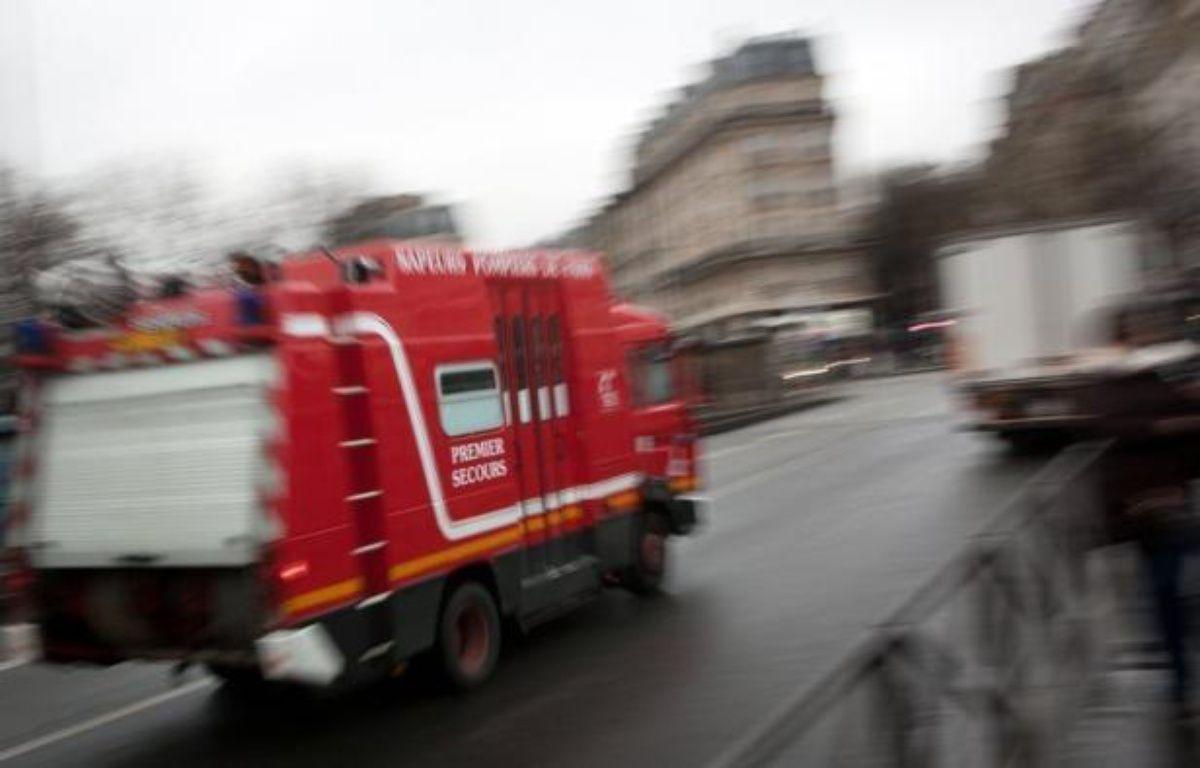 Un incendie à l'origine indéterminée d'un immeuble insalubre du centre de Saint-Denis a fait deux morts, quatre blessés graves et onze plus légers dans la nuit de samedi à dimanche. – Loic Venance afp.com