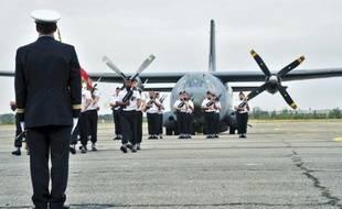 Le défilé de l'armée de l'air. lors de la cérémonie de la dissolution de la base aérienne de Francazal, hier après-midi.