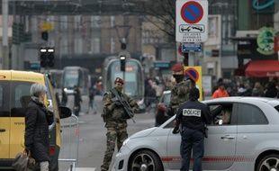 Des policiers et soldats contrôlent un véhicule à l'entrée de la ville de Strasbourg, le 27 novembre 2015